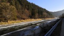 Zamrznutá koryto rieky Poprad