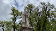 Tulipány pri soche Ľ. Štúra v Levoči