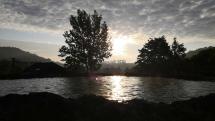 východ slnka pri jazierku