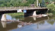 Zachytený odpad na pilieroch mosta v šalkovej _ BB !