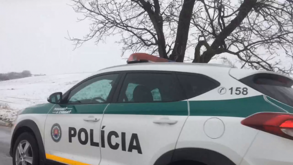 AUTONEHODA V OKRESE SABINOV: Auto dostalo šmyk a spadlo do priekopy