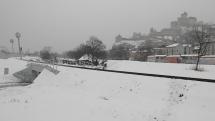 Motorový vlak do Chynorian prechádza popod zasnežený Trenčiansky hrad