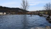 Slnečné a jarné počasie prilákalo do ružbašského krátera milovníkov plávania