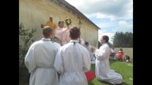 Poslední část procesí na slavnosti Božího těla ve Dvorech nad Lužnicí