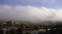 Rozplývanie rannej hmly nad Bratislavou