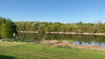 nízka ale pokojná hladina rieky Váh