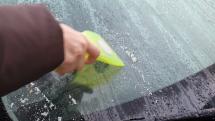 Škrabanie zamrtnutej vody a snehu na aute - Krušné hory
