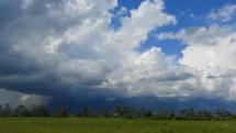 oblačnosť v okolí Vysokých Tatier pred búrkou