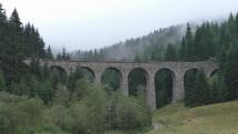 Vlak prechádzajúci Chramošským Viaduktom v Telgárte